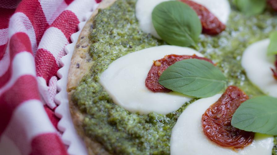 receita-como-fazer-pizza-pesto-molho-tomate-manjericao-mussarela-bufala-3