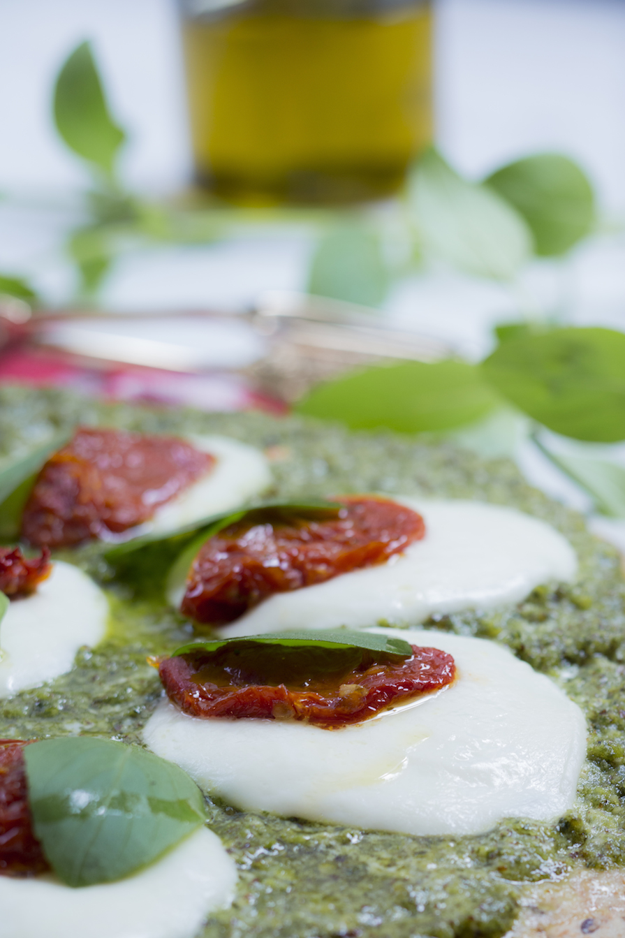 receita-como-fazer-pizza-pesto-molho-tomate-manjericao-mussarela-bufala-4
