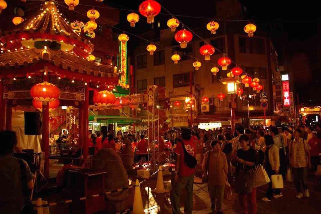 Fanfare se produisant dans le quartier chinois de KobÈ
