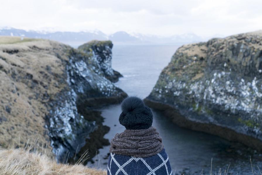 primeiro-dia-agitado-na-islandia-look-poncho-igrejas-budir-danielle-noce-10