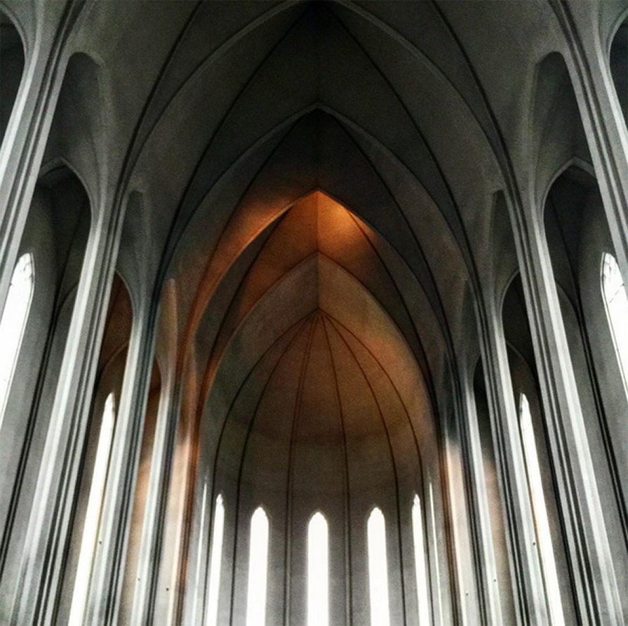 primeiro-dia-agitado-na-islandia-look-poncho-igrejas-budir-danielle-noce-2