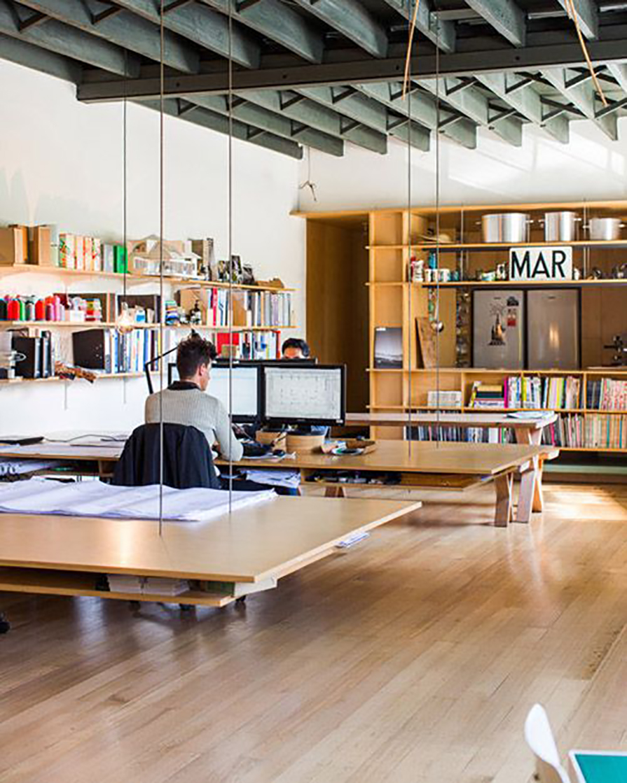 charme-no-escritorio-mesas-suspensas-cabos-de-aco-corrente-couro-danielle-noce-decor-2
